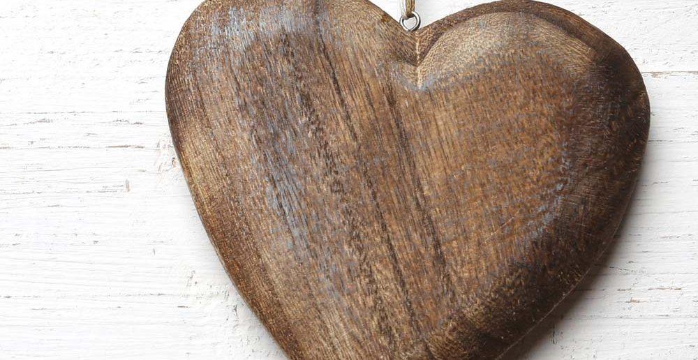 6. Taufgeschenke-Idee für Sie: ein Holz-Herz für die Seele.