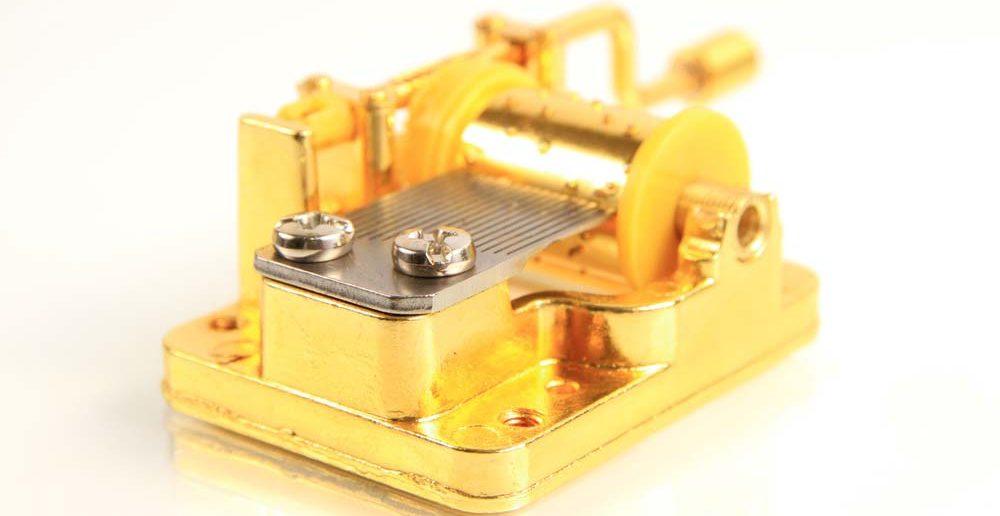 7. Taufgeschenke-Idee für Sie: die Spieluhr oder Spieldose mit feinen Figurinen und sphärischen Klängen erfüllt.