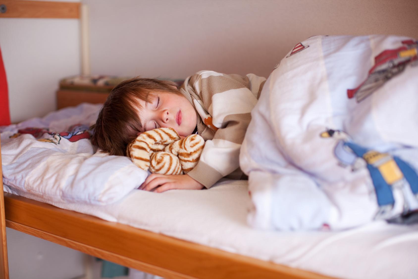 Etagenbett Kind Und Baby : Hochbett im kinderzimmer: tipps zum kauf von hochbetten