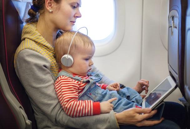 Ältere Kinder können auch durch ausgewählte Filme oder Spiele auf dem Tablet bzw. Smartphone abgelenkt werden.