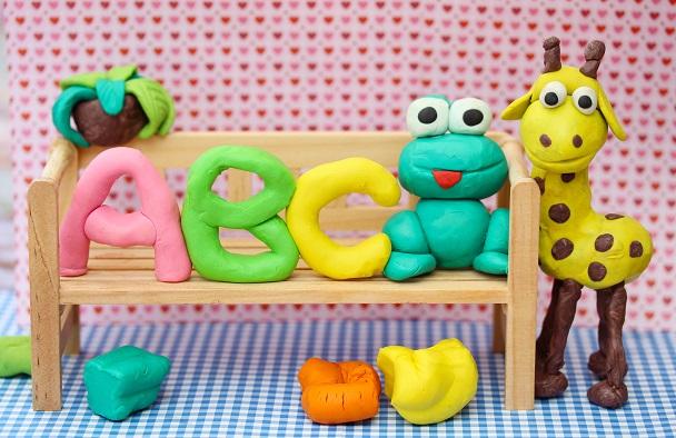 Knete selber machen ist eine gute Möglichkeit, mit kleinen Kindern zu basteln.