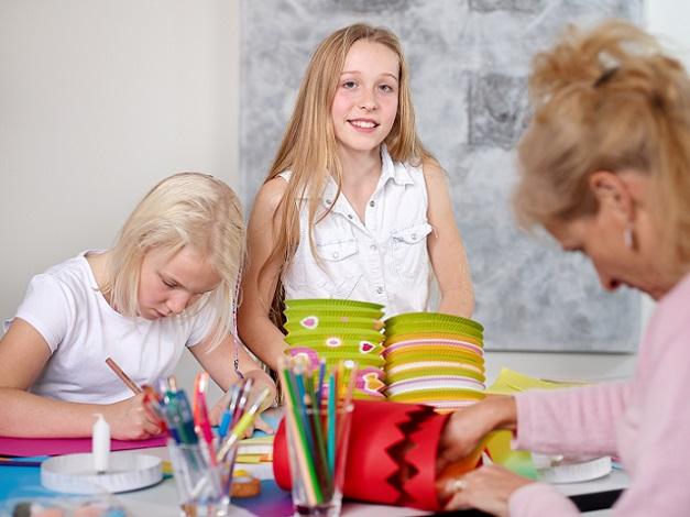 Basteln ermöglicht Kindern, sich auf eine Tätigkeit zu konzentrieren und dadurch besser zur Ruhe kommen. #01)