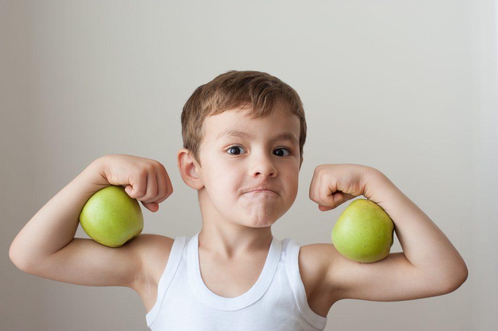 Auch Muskeltraining kann Entspannung für KInder sein, der Junge scheint der Arnold Schwarzenegger von morgen sein zu wollen.