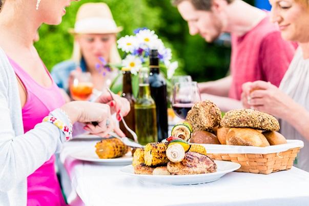 Lecker trinken, ne bowle, kalte Getränke , Grillspeisen, Brot, Brötchen , leckere Soßen mehr braucht man nicht.