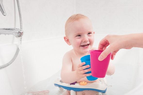 Dabei gibt die Schale gerade ganz kleinen Kindern Halt und erleichtern den Eltern das Waschen.