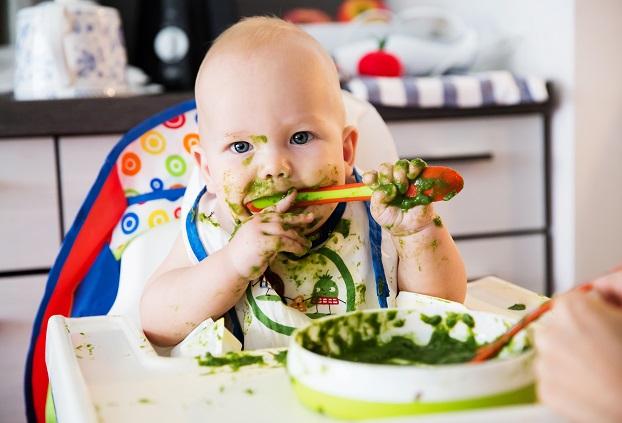 Erste Versuche, die Nahrung mit dem Löffel oder später mit Messer und Gabel zu sich zu nehmen, landen nicht immer dort, wo sie hingehören – im Mund.