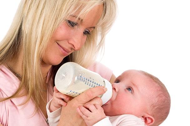 Beispielsweise stellt sich die Frage, welche Aspekte für das Stillen und welche für die Verwendung von Säuglingsmilch aus der Flasche sprechen.