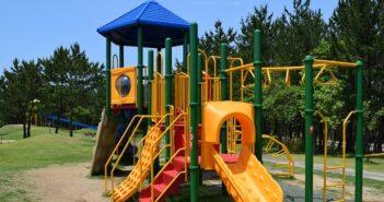 Spielturm aufbauen: Tipps rund um den Kauf und den Aufbau