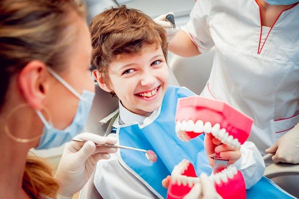 Generell gilt: Damit der Zahnarztbesuch mit Kind zum vollen Erfolg wird, braucht es nicht viel.