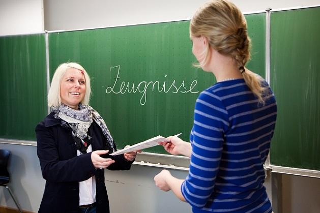 Die Zeugniskonferenz mit der Lehrerin der Klasse entscheidet intern über die Noten und zusätzliche Vermerke in den Zeugnissen. (#01)