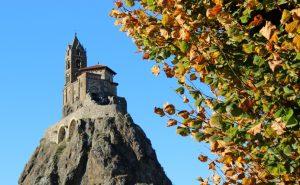Die Chapelle Saint Michel d'aiguilhe in Le-Puy-en-Velay befindet sich in einer Landschaft, in welcher der Vulkanismus markante Spuren hinterlassen hat. Hier liegt auch einer der Ausgangspunkte zum Jakobsweg nach Santiago de Compostela. (#4)