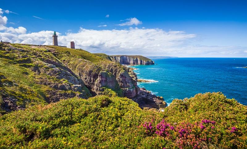 Die allermeisten Campingplätze in den französischen Regionen Bretagne (eine atemberaubend zerklüftete Gegend mit spektakulären Fels-Formationen) und Aquitaine, liegen direkt am Strand. Dort hat man sich dabei vor allem auf jene Zielgruppe ausgerichtet, für die Campen im Sommer besonders attraktiv ist. (#02)
