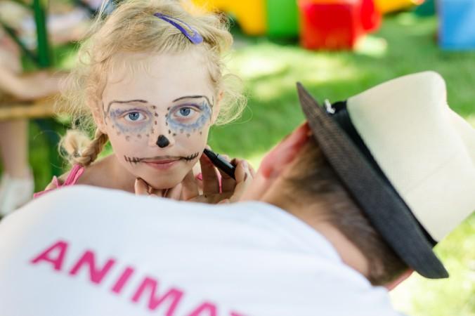 Wer kein Pool-Freund ist, findet sicherlich bei der Kinder-Animation das Passende. Gesichter schminken ist bei den Kids immer hoch im Kurs (#5)