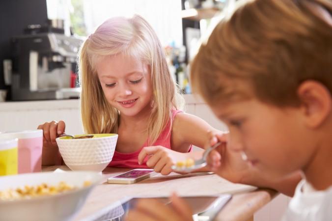 Digitalisierung in Schule und Kinderzimmer lässt sich nicht verhindern. Daher grenzen Sie die Dauer und den Zeitpunkt der Nutzung ein. Das gilt übrigens nicht nur für Kinder! (#5)