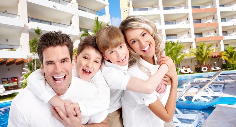 Sorgfalt lassen Eltern bestenfalls auch bei der Wahl einer Unterkunft walten. Nicht jedes Hotel oder jede Ferienanlage ist für einen Kinderurlaub geeignet. Wer mit mehreren Kindern verreist, benötigt ein Familienzimmer, das viele Hotels im Angebot haben. (#04)