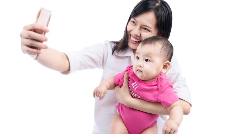 Das Problem bei Bildern von Kindern ist, dass die Erziehungsberechtigten diese oft unüberlegt posten und verbreiten. Dabei sollten sie sich immer überlegen, ob ihre Sprösslinge damit einverstanden sind, wenn sie die Bilder von ihren Kindern bei Facebook und Co. einstellen. (#01)