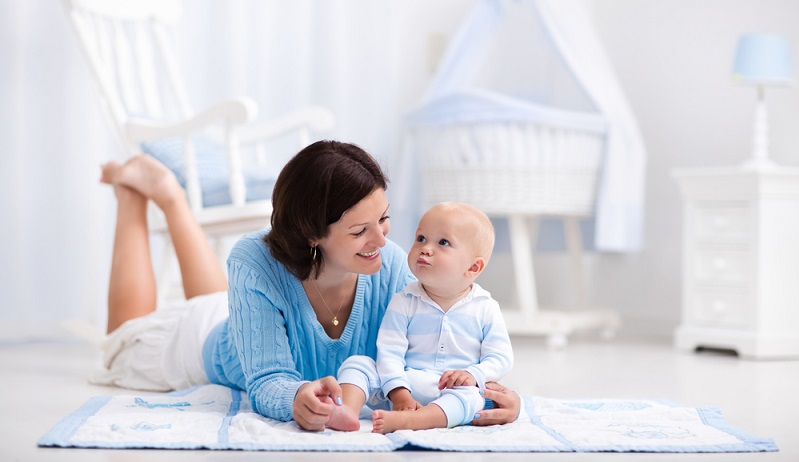 Babies freuen sich im Spielbereich über eine kuschelige Krabbeldecke, ein Lieblings-Kuscheltier und viele kunterbunte Spielsachen zum Anfassen und In-den-Mund-nehmen. (#02)
