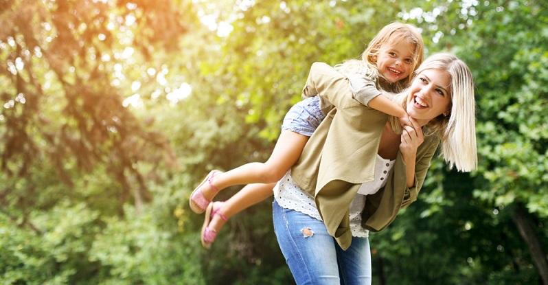 Ein Unterhaltungsprogramm von den Eltern oder vom Fernseher mag ganz lustig sein, doch gesünder ist es, wenn die Kinder sich auch einmal alleine beschäftigen können. (#04)