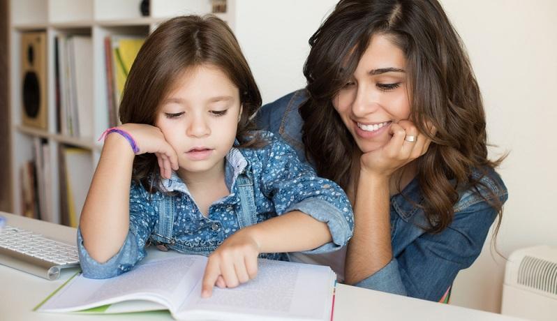 Wenn das Schulkind lieber fernsehen oder spielen möchte, ist es wichtig, hart zu bleiben: Zuerst sind die Hausaufgaben dran, danach kommt der Spaß. (#03)