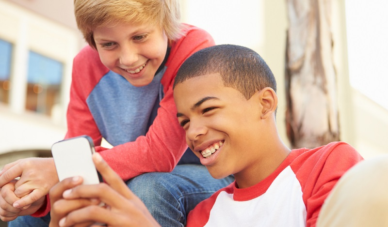Mit etwa 12 Jahren sind Kinder dann so weit, dass man ihnen ein Smartphone anvertrauen kann. Jetzt können die Teenager mit Handy Regeln vertraut gemacht werden. (#02)