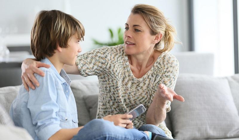 Offlinezeiten gehören zu den Handy Regeln für Teenager und sind wichtig, um eine eventuelle Handysucht zu verhindern und um sich auf wichtigere Dinge wie Hausaufgaben, ausreichend Schlaf oder Zeit mit der Familie zu konzentrieren, da ein Handy sonst schnell mal ablenken kann. (#03)