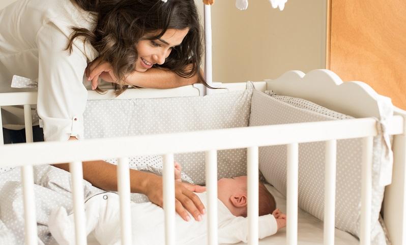 Etwa zwei Stunden, nachdem das Baby morgens wach geworden ist, legt die studierende Mama es wieder ins Bettchen. Nun hat sie Zeit, sich um sich selbst zu kümmern. (#02)
