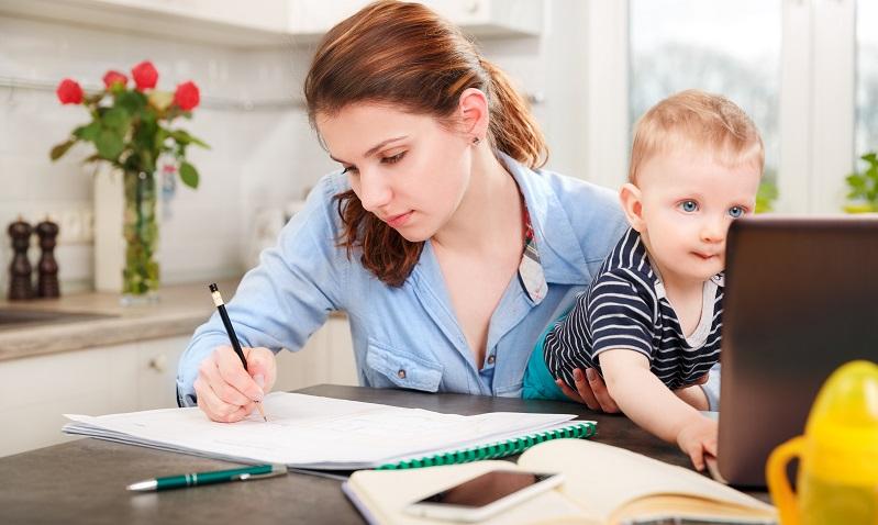 Eine Mutter, die weiter arbeitet oder studiert, hat einen Arbeitstag mit mindestens 14 Stunden. (#01)