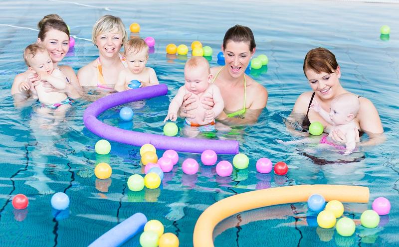 Schwimmkurs für Kinder: Mit der Gewöhnung an das Wasser kann man nicht früh genug beginnen. (#01)