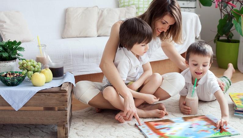 Einige Eltern arbeiten mit Belohnungen, doch das ist pädagogisch nicht sinnvoll: Schließlich handelt es sich beim Zähneputzen um eine Selbstverständlichkeit. (#02)