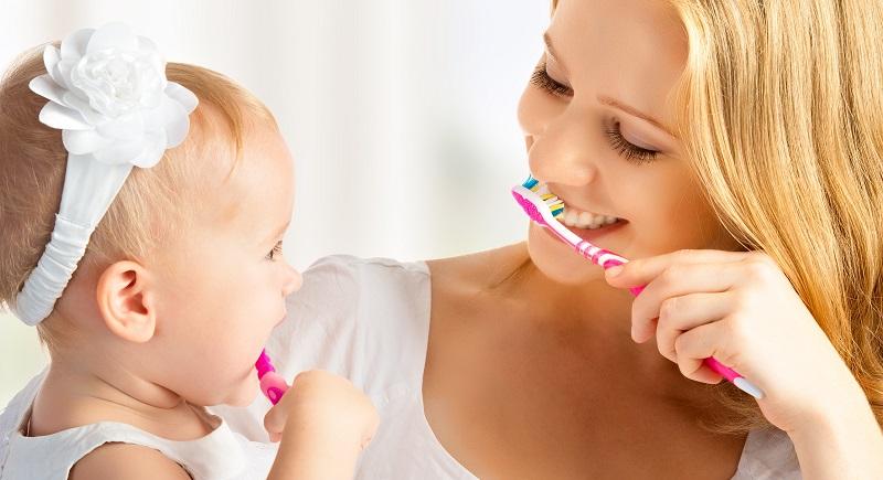 Am besten ist es, seinen Nachwuchs möglichst früh an das Zähneputzen zu gewöhnen. Je eher man beginnt, umso einfacher ist es, das Zahnputz-Ritual in den Alltag zu integrieren. (#03)