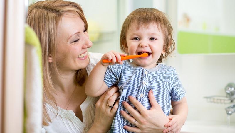 Welches Ritual zum Zähneputzen geeignet ist, hängt vom Charakter des Kindes ab sowie von der eigenen Einstellung. Manche Kinder freuen sich über ein lustiges Begleitprogramm, andere werden davon zu sehr abgelenkt. (#05)