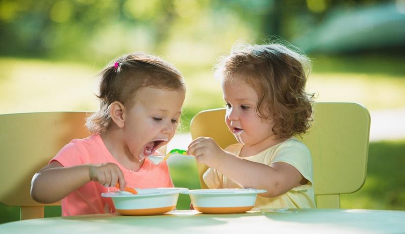 Wenn Kinder bereits frühzeitig lernen, sich gut am Tisch zu benehmen, fällt es ihnen in späteren Jahren leichter, dieses Benehmen beizubehalten. (#01)