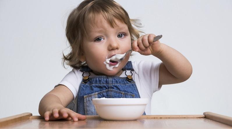 so lernen babys und kleinkinder selbstst ndig zu essen. Black Bedroom Furniture Sets. Home Design Ideas