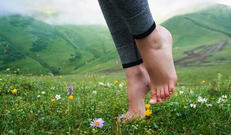 Wir haben es im Laufe der Jahrtausende schlicht auch ein Stück weit verlernt, Barfuß zu laufen und uns damit gut und selbstbewusst zu fühlen. (#03)