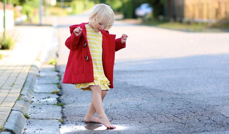 Kindern, die bisher nur selten Barfuß umherlaufen durften, wird sich eine bislang unbekannte sinnliche Welt erschließen. (#04)