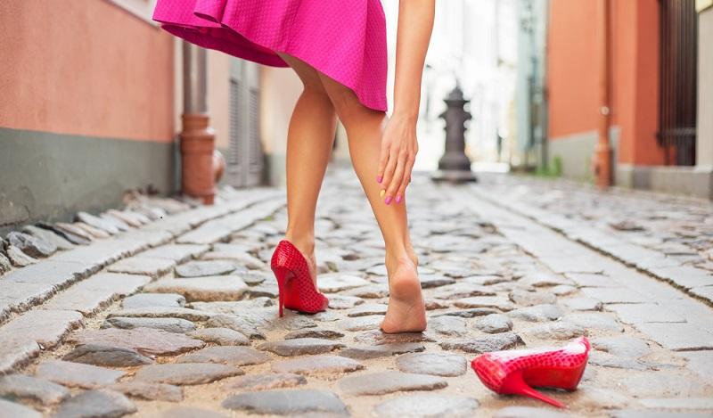Was wir uns unseren Füßen und damit unserem Körper über viele Jahrzehnte zumuten ist fatal. Es ist das Gegenteil von dem, was für unsere Vorfahren ganz normal und vor allem gesünder war, Barfuß laufen. (#01)