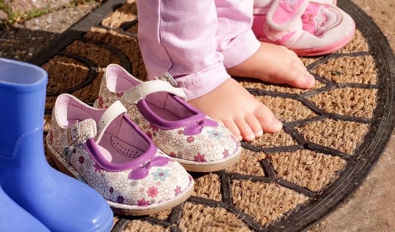 Barfuß laufen: Bedenklich ist besonders, wenn schon Kinder viel zu kleine, beengte Schuhe tragen und so die Beweglichkeit eingeschränkt wird. (#02)