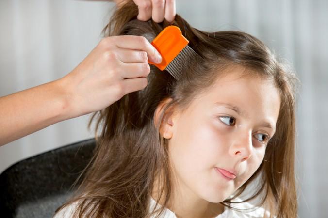 Der beste Nissenkamm für Kopfläuse hat enge, dicht beieinander stehende Zinken aus Metall. (#3)