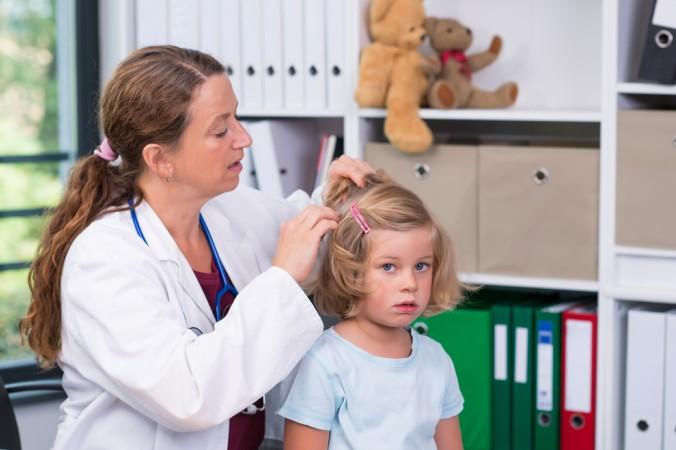 Manche Eltern sind unsicher, ob bei dem eigenen Kind ein Befall mit Kopfläusen vorliegt. Im Zweifelsfall kann dies ein Arzt kontrollieren. Er erstellt auch das Attest, sobald das Kind wieder frei von Läusen ist - sofern der Kindergarten diesen Nachweis wünscht. (#1)