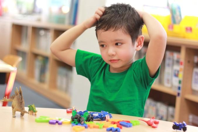 Der Kindergarten sollte schnellstmöglich über den Befall der Kopfläuse informiert werden. (#2)