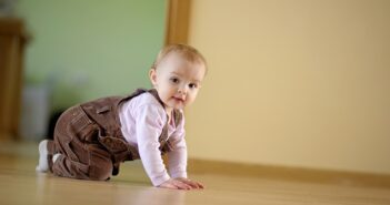 Wenn das Baby mobil wird: Das Krabbelalter und seine Herausforderungen
