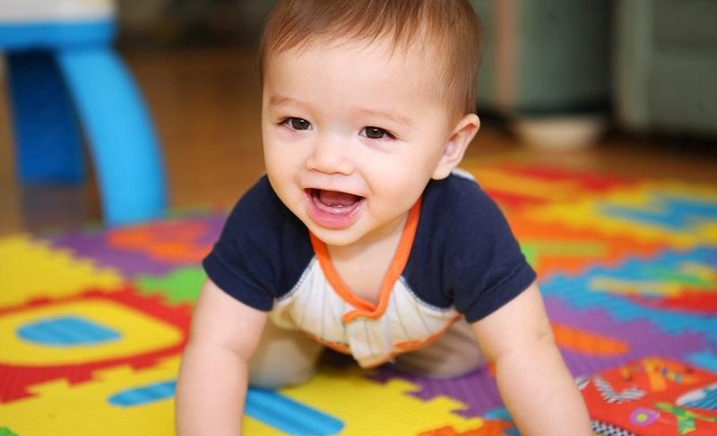 Das Krabbeln beginnen Kinder meist mit etwa zehn Monaten. (#01)