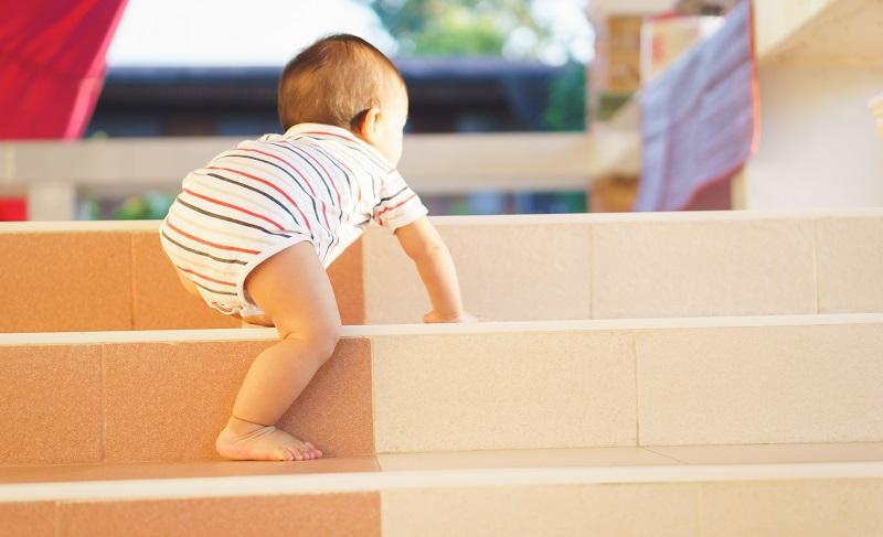 Wer krabbeln kann, für den sind Treppen eine ernste Gefahr. (#05)