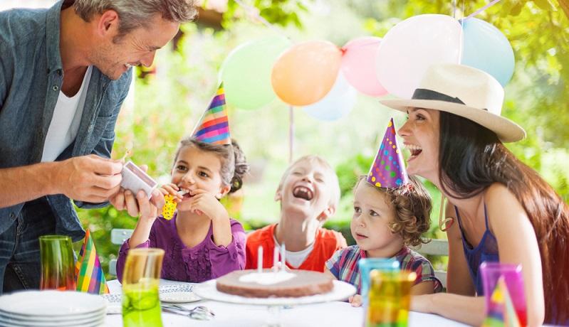 Sommerkinder können wunderbare Gartenpartys feiern (#02)