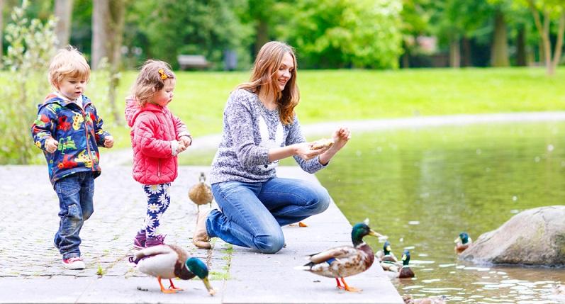 Wenn das Wetter auch nur halbwegs mitspielt, sollten Kinder am besten im Freien toben. (#04)