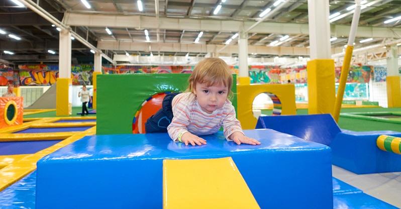 Nicht immer eignet sich das Haus, um für ausreichend Bewegung bei den Kindern zu sorgen. Dann besuchen Sie doch einfach einen Indoorspielplatz in Ihrer Nähe! (#03)
