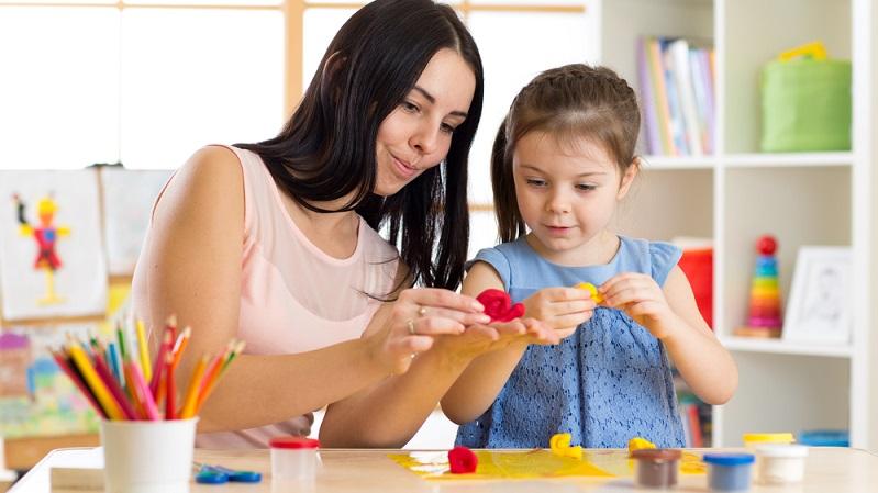 Neben dem Lernen im Kindergarten, das das Kind fast jeden Tag erfahren kann, gibt es auch in seinem Alltag mit den Eltern, Großeltern und Geschwistern unzählige Möglichkeiten, sich auf den Start in die Schule vorzubereiten: (#03)