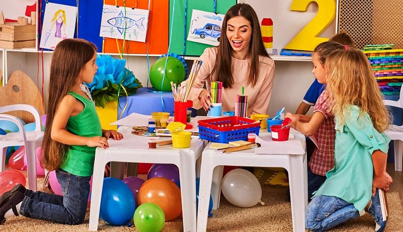 Beim Spielen, Basteln und Lernen hat das Kind ein gutes Durchhaltevermögen und bringt das, was es angefangen hat, auch zu Ende. (#01)