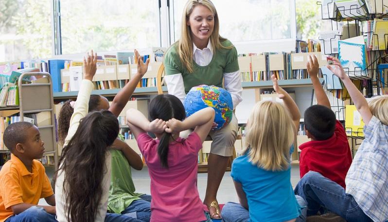 Sich längere Zeit einer Aufgabe zu widmen, wie es den Kindern in der Schule anverlangt wird, ist für ein Kind gerade am Anfang noch ein bisschen schwer. (#02)