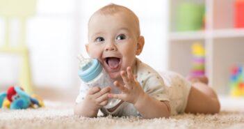 Wasser für das Baby: Alles rund um die Trinkgewohnheiten von Neugeborenen